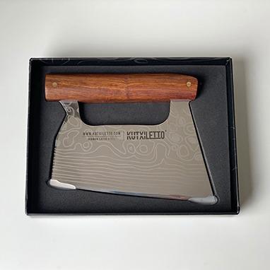 cuchillo con mango de madera en su caja